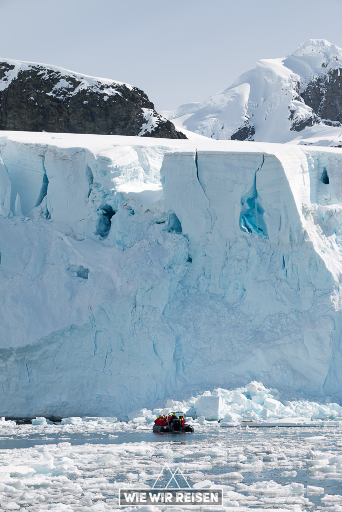 Massive Eiswand mit annähernden Hurtigruten Zodiacs