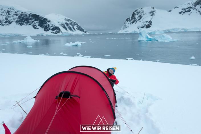 Dodo mit unserem Zelt in der Antarktis