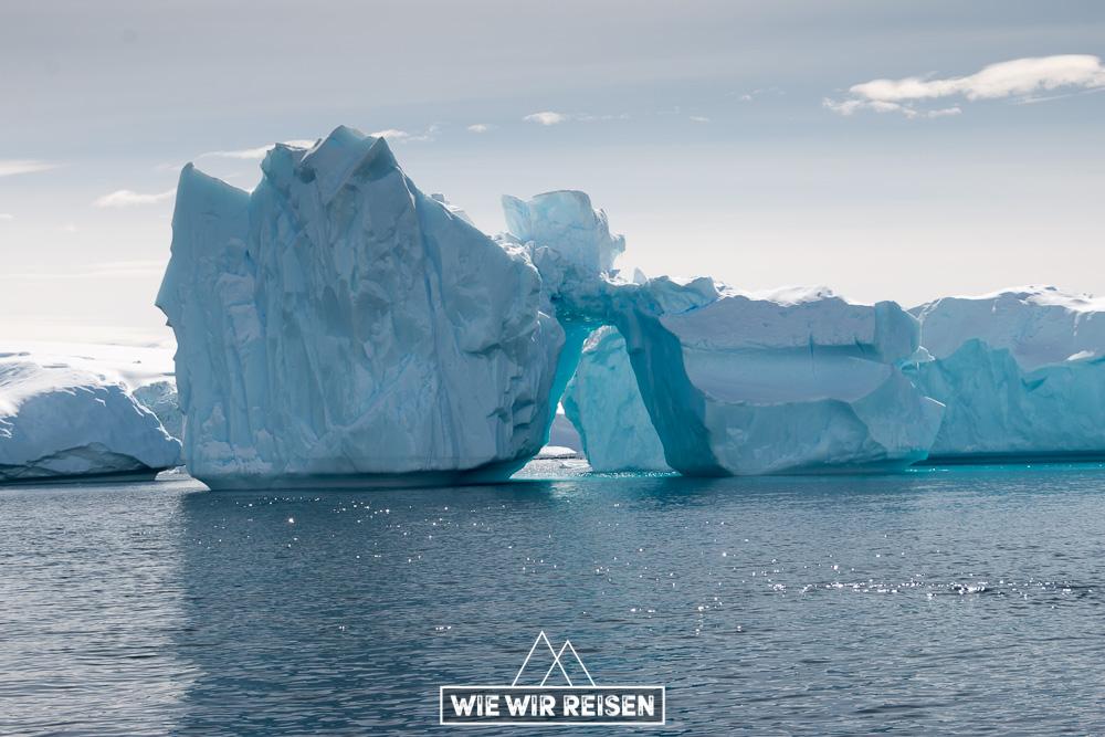 Wunderschöner Eisberg in der Bucht von Cuverville Island