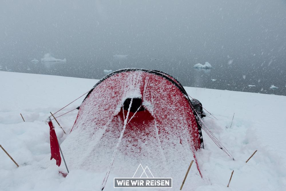 eingeschneites Zelt in der Antarktis