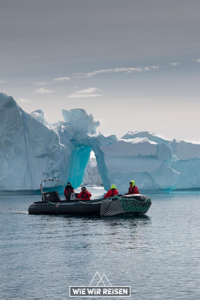 Zodiac ganz klein vor dem Eisberg
