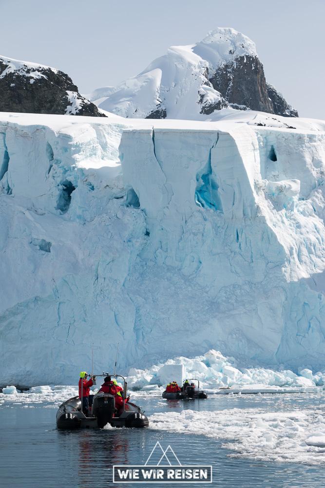 Zodiacs cruisen Richtung Eiswand
