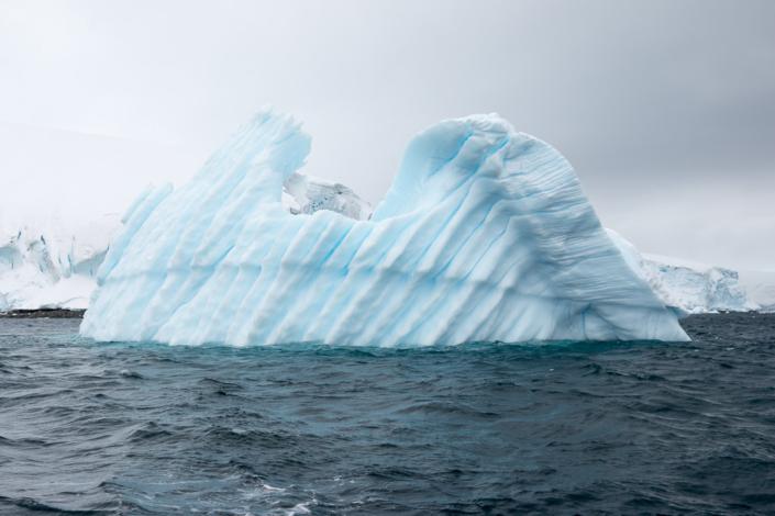 Eisberg in der Paradise Bay in der Antarktis