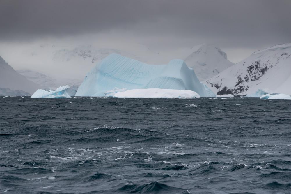 Großer Eisberg in der Ferne