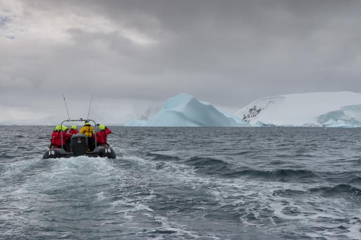 Hurtigruten Zodiac nimmt Kurs auf großen Eisberg