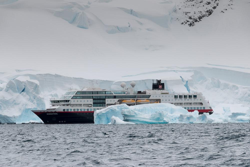 MS Midnatsol liegt vor der Antarktis Station Gonzales Videla
