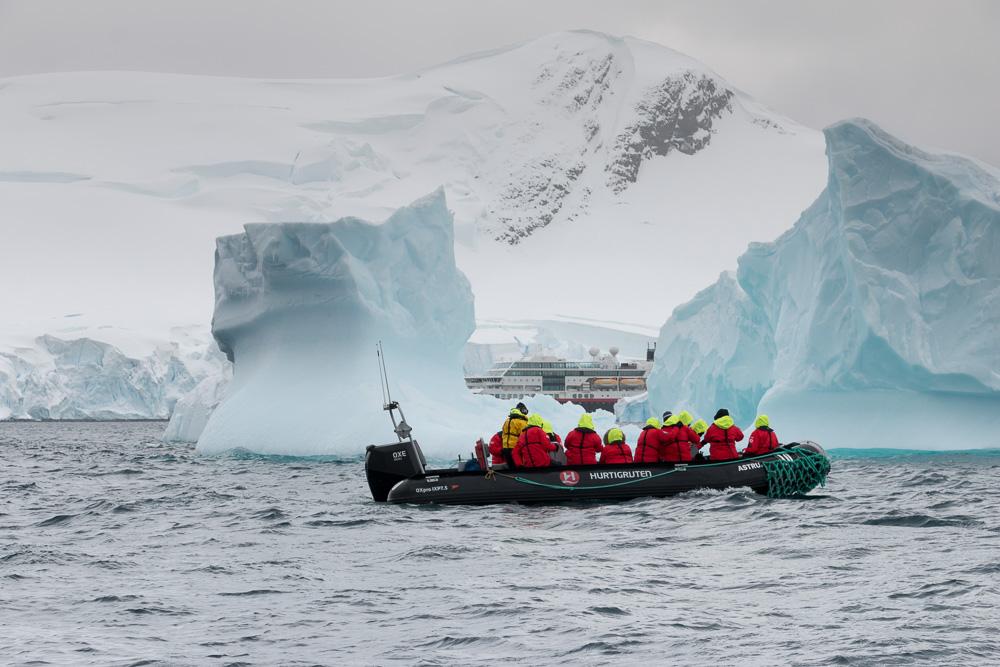 MS Midnatsol mit Zodiac in der Paradise Bay in der Antarktis